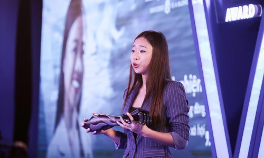 Đại diện Trịnh Khánh Hạ của Vulcan Augmetics giới thiệu tay giả giá rẻ của công ty